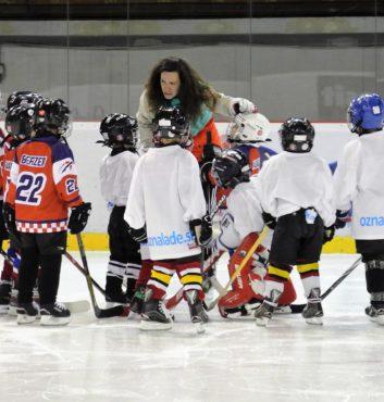 prvy zapas v drese speeders hokej bratislava briefing so superom a hokejova Marianna