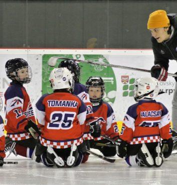 prvy zapas v drese speeders hokej bratislava trener martin